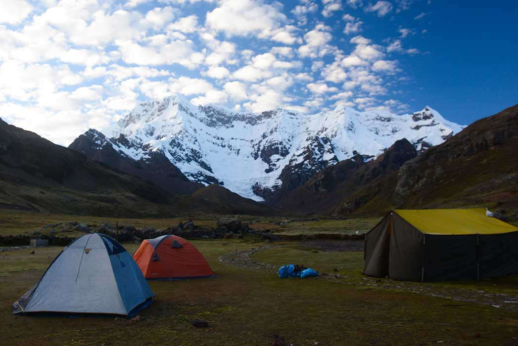 Tentes au bord de montagne